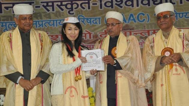 Japanese student Toshiko Idava receiving her awards.(HT Photo)