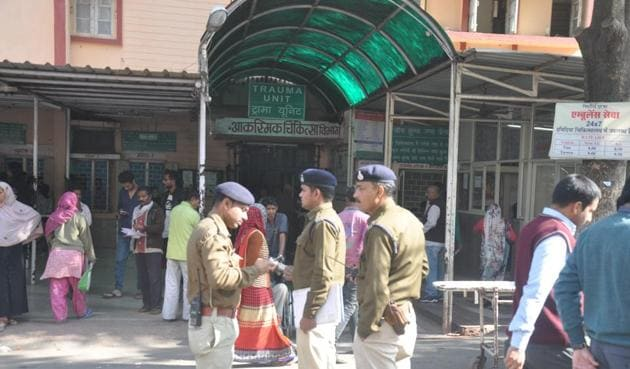 Heavy police force deployed at Hamidia hospital in Bhopal on Monday.(Chandresh Mathur/HT photo)