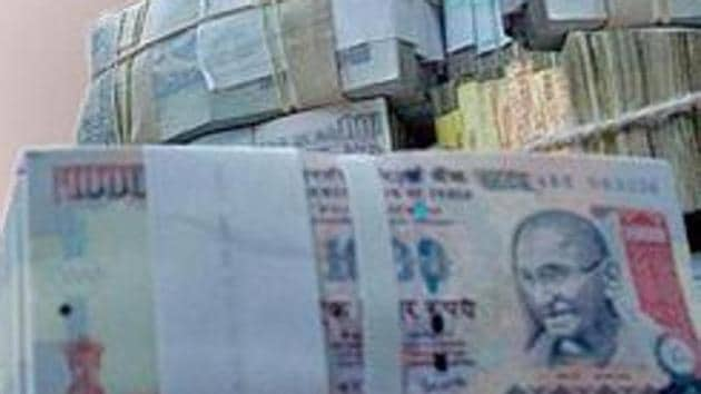 With the December 30 deadline for depositing old currency notes approaching fast, the government is looking to put in place a mechanism for fast resolution of all disputes arising from suspicious transactions.(HT File)