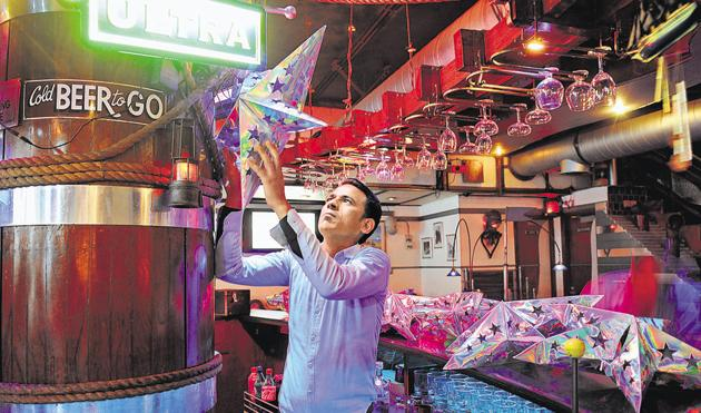 Bars and restaurants in Noida saw a meagre turnout on Christmas. Their expectations for New Year's Eve are not high as they believe that fewer Noida-based partygoers will turn out on December 31 night.(Burhaan Kinu/HT PHOTO)