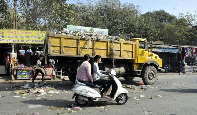 Sanitation workers intercepted garbage tippers and littered waste on roads to register their protest.(Arun Mondhe/HT photo)