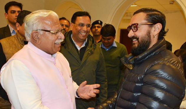 Haryana chief minister Manohar Lal Khattar shares a light moment with actor Aamir Khan after a special screening of 'Dangal' in New Delhi as state finance minister Capt. Abhimanyu joins in.(PTI)