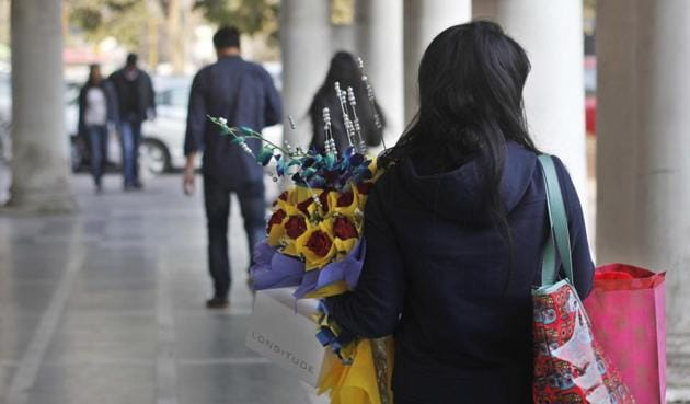 In the season for love, cheer and happiness, Delhi University students make sure they buy gifts for their loved ones.(HT Photo)
