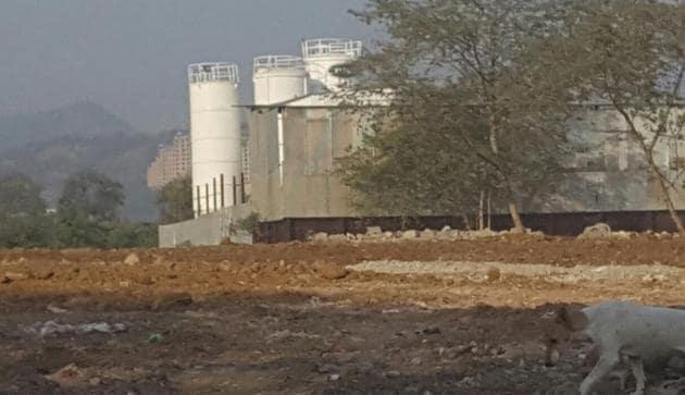 The RMC plant has been set up along the Jogeshwari-Vikhroli Link Road in Andheri (East).(HT Photo)