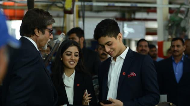 Amitabh Bachchan with his grandkids.(Twitter)