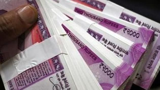 The ED team seized Rs 54 lakh in Rs 100 notes and Rs 4 lakh in Rs 2,000 notes.(HT Representative Image)
