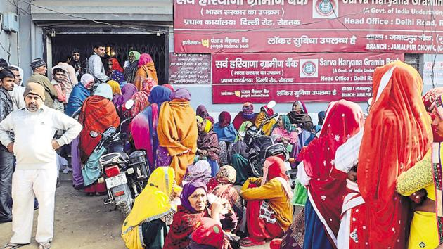 People stand in a queue outside an ATM located five kilometres from Gurgaon's Fazilpur Badli.(Parveen Kumar/HT Photo)