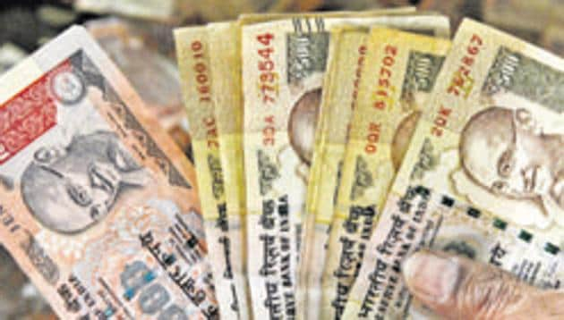 The Reserve Bank has extended the deadline for loan repayment by 90 days for those due till December 31, 2016.(Sunil Ghosh / HT File Photo)