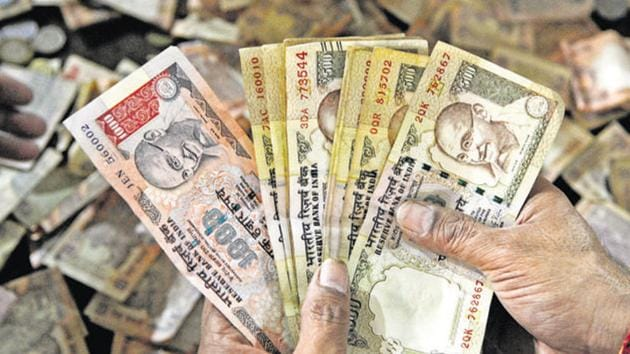 The Specified Bank Notes Cessation of Liabilities Ordinance makes holding a large number of old Rs 1000 and Rs 500 notes a criminal offence that will attract a jail term and a monetary penalty of five times the amount of old cash one is caught with.(Sunil Ghosh/HT File Photo)