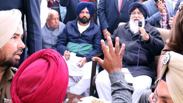 Bathinda SSP, Swapan Sharma trying to control Sukhdev Singh, an ex-servicemen, as he tries to talk to Punjab chief minister Parkash Singh Badal during sangat darshan in Goniana Mandi in Bathinda on Tuesday.(Sanjeev Kumar/HT Photo)