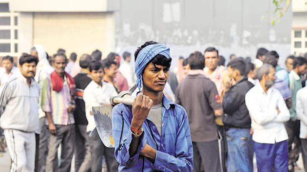 Daily wage labourers are the worst-hit because of demonetisation of Rs 500 and Rs 1000 notes.(Parveen Kumar/Hindustan Times)