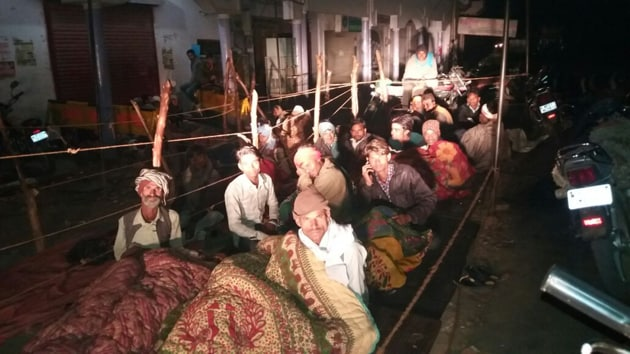 Farmers in Sheopur district's Badoda tehsil brace the cold and queue up from midnight to withdraw cash from the bank.(HT photo)