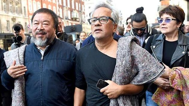 Chinese artist Ai Weiwei (left) with British-Indian artist Anish Kapoor (right) during a solidarity march for refugees in London.(EPA photo)