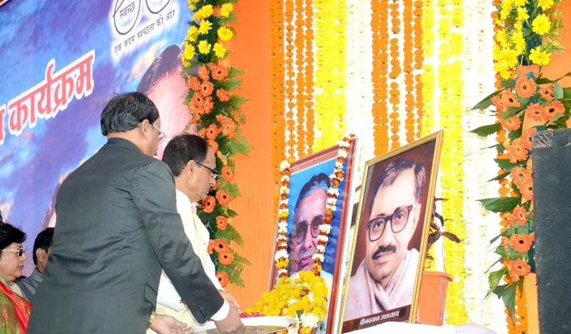 Chief minister Shivraj Singh Chouhan pays tributes to Sunder Lal Patwa.