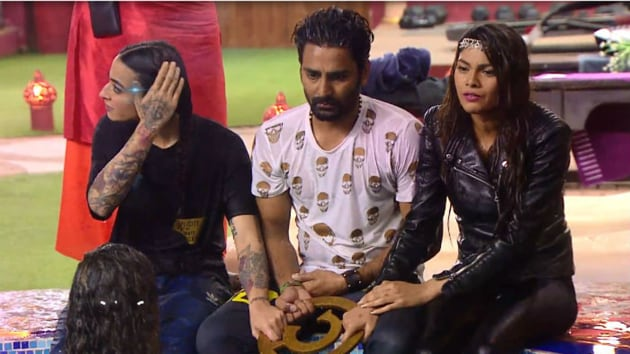 Bani and Manveer during a task in Bigg Boss house.(Colors)