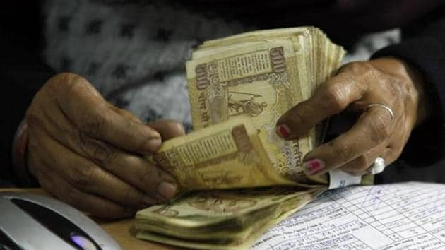 The RBI is expected to issue a notification that extends the deadline for holding 500 and 1000 rupee banknotes for Indians travelling abroad.(AP File)