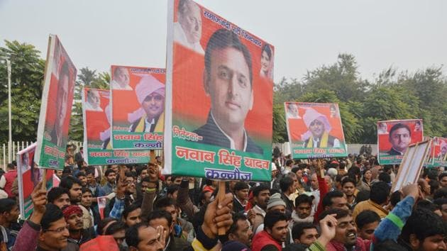 Supporters of Akhilesh Yadav outside the chief minister's official residence in Lucknow, on December 29, 2016.(Deepak Gupta/ HT File Photo)