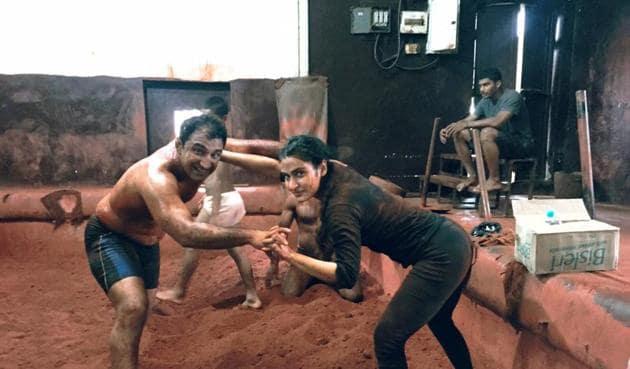 Kripa Shankar Bishnoi training actress Fatima Khan during Dangal shooting.(Shyam Yadav)