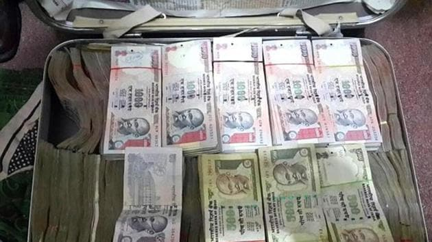 Two Income Tax officers were arrested in Pune and Jhalwar for accepting bribes of Rs 1 lakh each by CBI.(HT Photo)