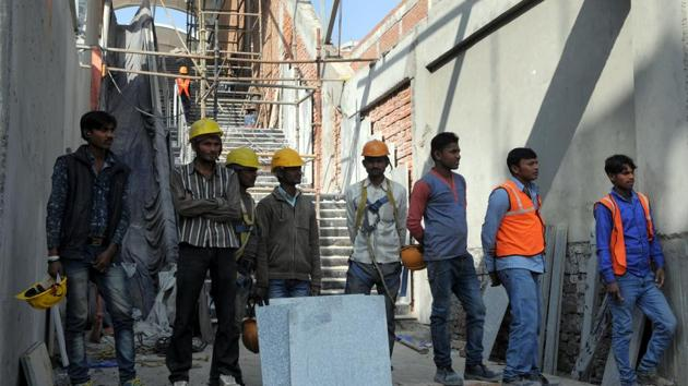 Contractors said they have received the necessary funds through electronic payments, but they find it difficult to pay the workers, most of whom prefer cash.(Parveen Kumar/HT Photo)