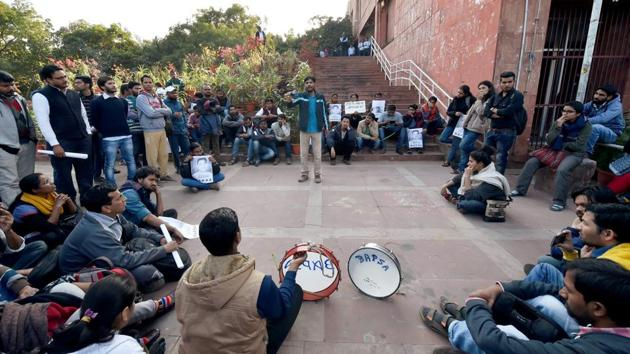 JNU students protest at the administration block in JNU Campus on the suspension of eight students in New Delhi on Wednesday.(PTI file photo)