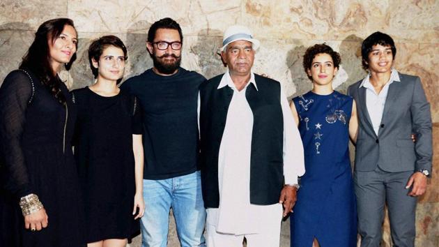 Geeta Phogat, bollywood actors Fatima Sana Shaikh, Aamir Khan, Mahavir Singh Phogat, actor Sanya Malhotra and Babita Kumari during the special screening of film Dangal.(PTI)