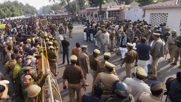 Security forces deployed near the residence of Uttar Pradesh CM Akhilesh Yadav, in Lucknow on Saturday.(PTI)