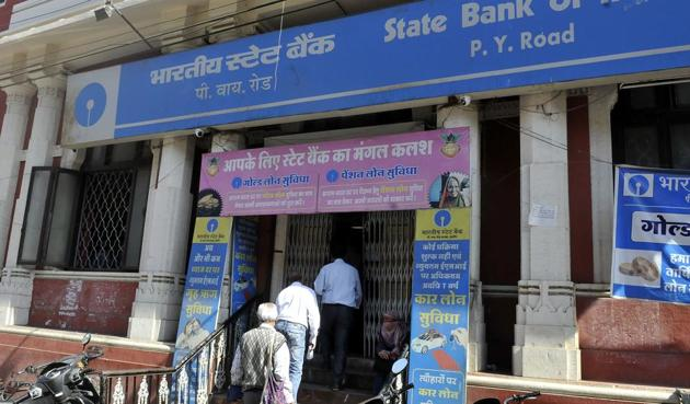 There was no rush in the banks on the last day of depositing the scrapped Rs 500 and Rs 1,000 notes, in Indore on Friday.(Arun Mondhe/HT photo)