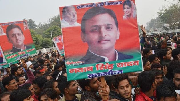 Akhilesh Yadav's supporters protest outside the CM's official residence at Kalidas road in Lucknow.(Deepak Gupta/HT File Photo)