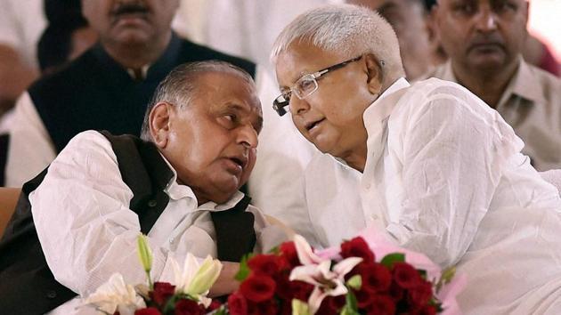 Samajawdi Party supremo Mulayam Singh Yadav with RJD chief Lalu Prasad Yadav during the Samajwadi Party's 25th Foundation Day celebrations in Lucknow.(PTI File Photo)