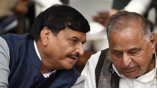 Lucknow: Samajwadi Party supremo Mulayam Singh Yadav with party's UP President Shivpal Yadav at a press conference at the party office in Lucknow on Wednesday. PTI Photo by Nand Kumar (PTI12_28_2016_000138A)(PTI)
