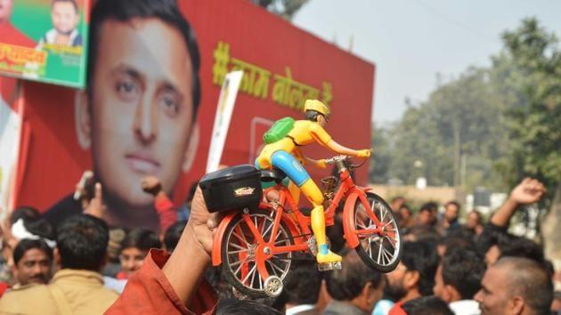 Supporters near Samajwadi party office in Lucknow on Saturday.(Deepak Gupta/HT file photo)