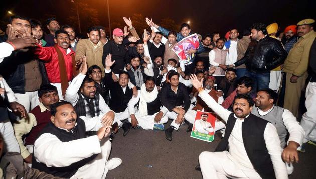 Samajwadi Party supporters protest against SP supremo Mulayam Singh Yadav after announces the expulsion of Chief Minister Akhilesh Yadav and Ram Gopal Yadav from the party for six years at out side CM residence in Lucknow on Friday.(PTI)