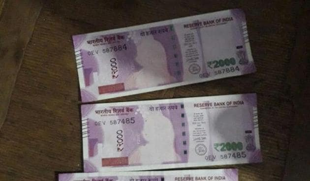 The defective notes in Sheopur. Bank took back the notes with the 'printing error' and said they were not fake.(Mujeeb Faruqui/HT photo)