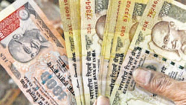 An analysis of classified bank transaction data revealed Rs 6,400.51 crore was deposited with dormant accounts in public sector banks between November 8 – when Rs 500 and Rs 1000 were withdrawn – and November 22.(HT File Photo)