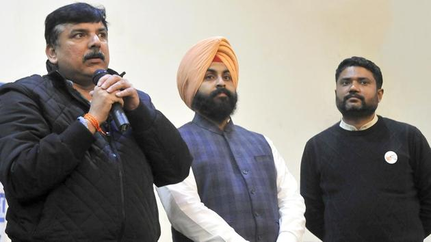 Aam Aadmi Party Punjab affairs in-­charge Sanjay Singh (left) during a meeting with traders on Friday.(Gurminder Singh/HT Photo)