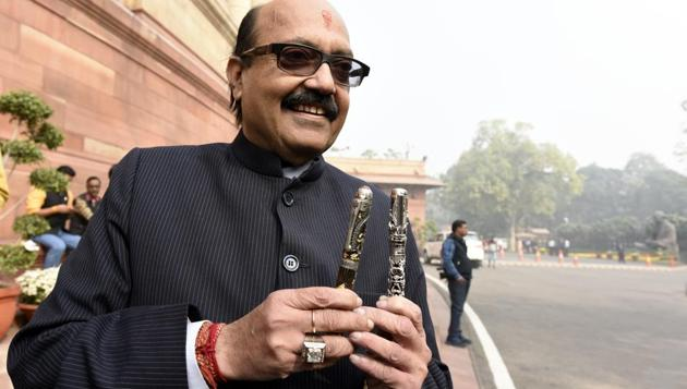 Rajya Sabha MP Amar Singh shows his pens during the recently concluded winter session of Parliament, in New Delhi on December 7.(Sonu Mehta/HT PHOTO)