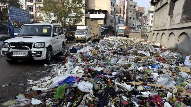 A heap of garbage on the roadside in Kanti Nagar in east Delhi. The strike by the sanitation workers of EDMC entered fifth day on Monday.(Sonu Mehta/HT Photo)