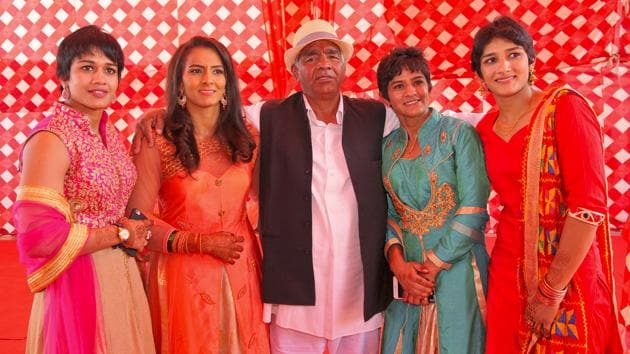 Mahavir Singh Phogat with his four daughters.(Keshav Singh/HT Photo)
