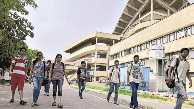 There was a 2% dip in the number of girls who cleared JEE-Advanced in 2016 as compared to 2015.(HT File Photo)