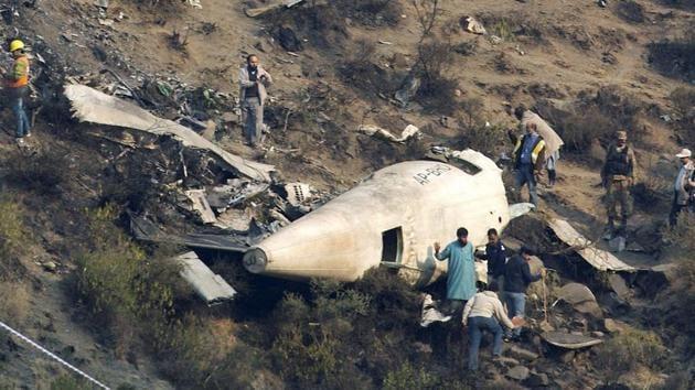 Pakistani investigators examine the wreckage of a passenger plane that crashed near Abbottabad on December 7, 2016.(AP)