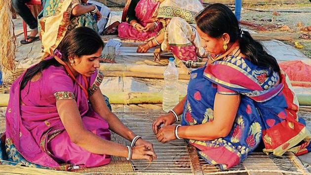 Women weave mats at Madur Mela in Digha on January 13. The festival is dedicated to traditional mat weavers.(Subhankar Chakraborty/ HT PHOTO)