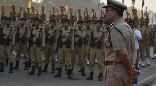 Women commandos march as Delhi Police commissioner Alok Verma looks on, at Amar Jawan Jyoti, India Gate, in New Delhi.(Raj K Raj/HT PHOTO)