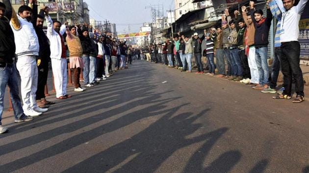 College students make a human chain to promote prohibition of liquor in Patna on Friday.(PTI Photo)