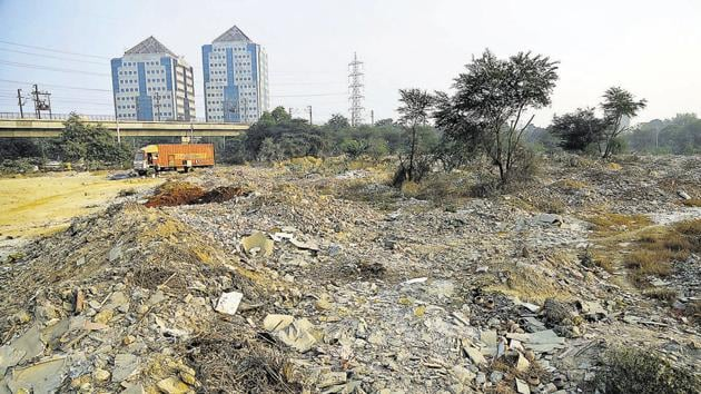 Construction waste dumped at a vacant space near Huda City Centre.(Sanchit Khanna/HT Photo)