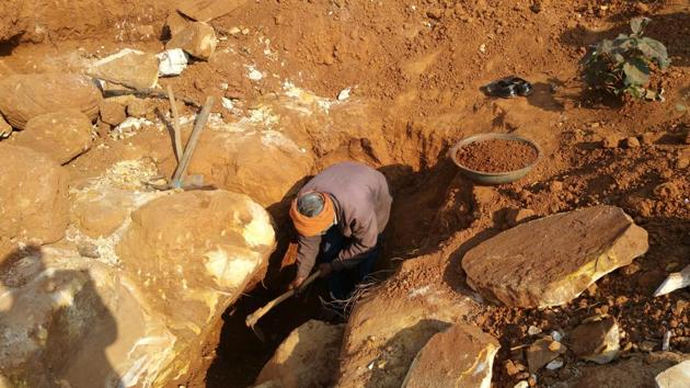 A labourer digs through a shallow diamond mine in the craggy landscape of Panna.(Neeraj Santoshi /HT Photo)