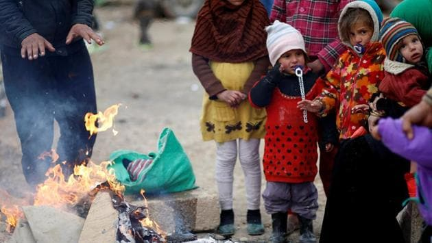 Displaced Iraqis gather near a fire to warm up after fleeing the battle between Iraqi rapid response forces and Islamic State militants near Mosul, Iraq, January 25, 2017.(REUTERS Photo)