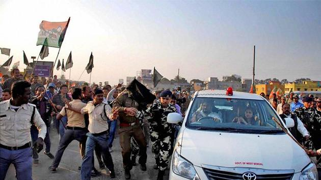 TMC activists show black flag and try to attack the car of union minister of state Babul Supriyo in Asansol in Burdwan district of West Bengal on Monday.(PTI File Photo)