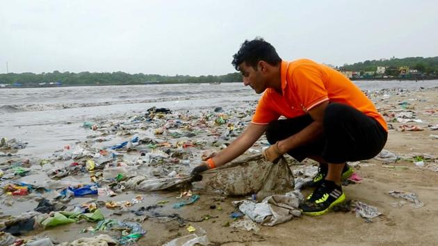 Afroz Shah cleaning the Versova beach.(HT FILE)