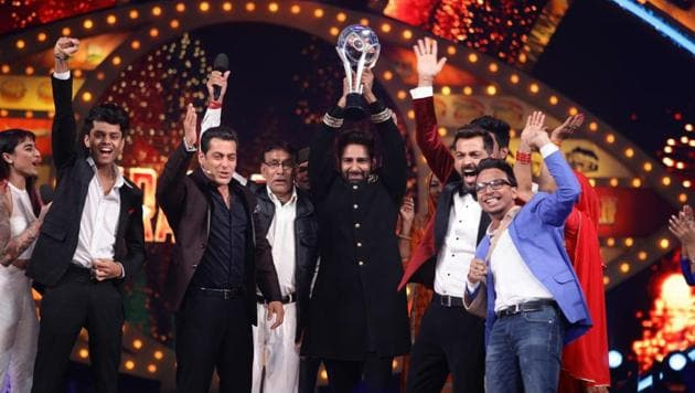 Manveer Gurjar celebrating his win with host Salman Khan, other contestants and his family.(Colors)